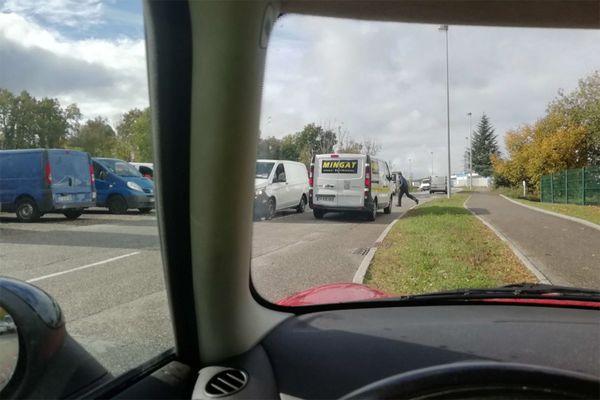 Des camionnettes en attente de livraison