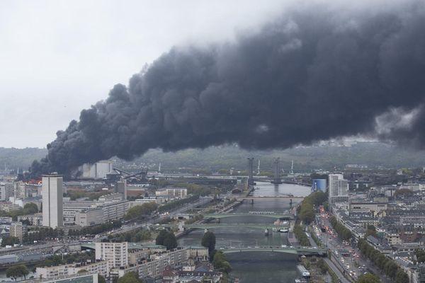 Jeudi matin, un panache de fumée s'étire vers le nord de Rouen, poussant les autorité à conseiller aux habitants de rester chez eux.