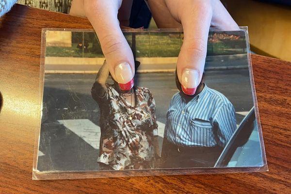 Plastifiée, cette photographie développée attend de retrouver son ou sa propriétaire.