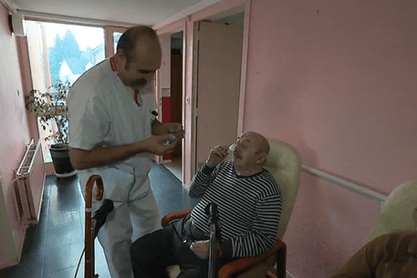 Frédéric est seul pour distribuer les médicaments à 94 patients.