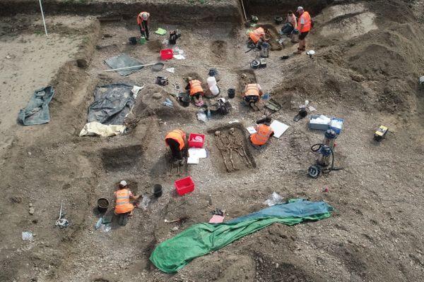 L'équipe d'ANTEA-Archéologie en pleine fouilles sur le site de Kembs, cet été 2021.