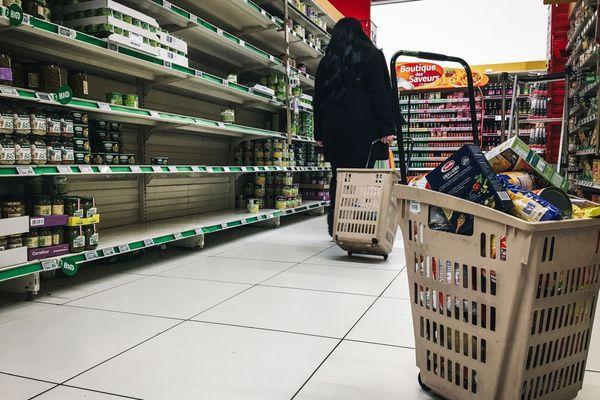 """Des rayons vides suite aux achats de """"précaution"""" dans un supermarché - 02/03/2020"""