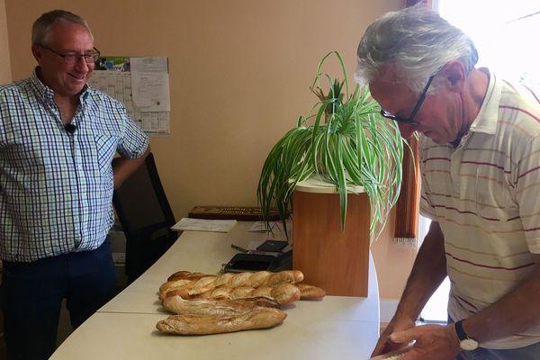 A Adriers, pendant une dizaine de jours, c'est le maire qui vend le pain à la boulangerie.