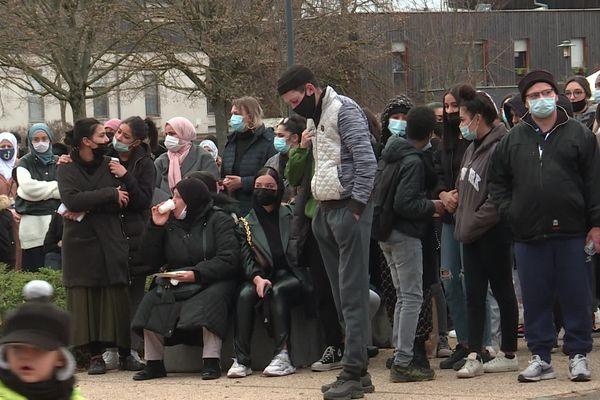 Le rassemblement devant le centre socio-culturel Wagner, à Mulhouse, a réuni 350 personnes.