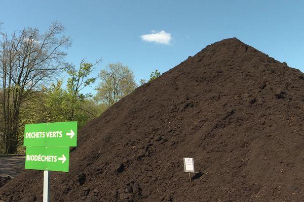 Le compost est un procédé naturel qui permet de décomposer la matière organique grâce aux micro-organismes comme les bactéries ou les champignons en présence d'oxygène et d'eau.Le compost permet d'obtenir un engrais naturel et gratuit qui enrichit la terre.