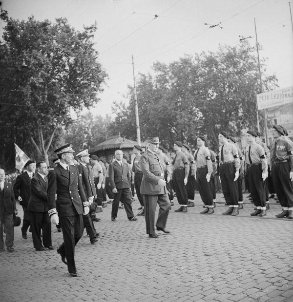 Le maréchal Pétain salue le Service d'ordre légionnaire lors de sa seconde venue à Toulouse, le 14 juin 1942