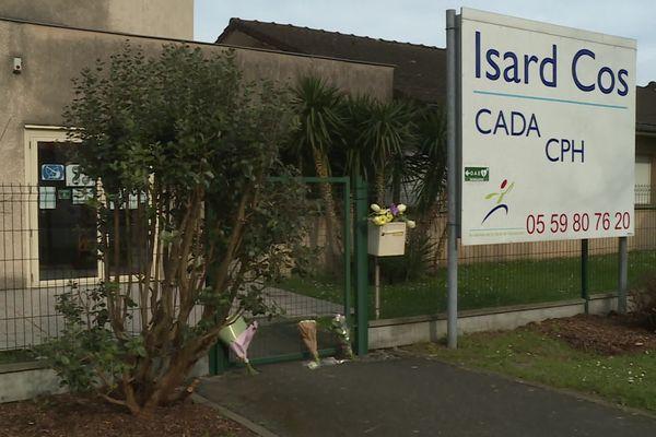 Des fleurs ont été déposées devant le centre d'accueil en mémoire du responsable de 46 ans, père de famille, violemment assassiné