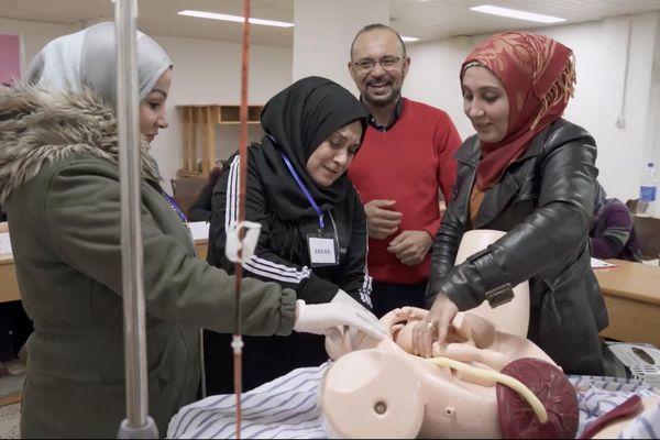 Formation à l'accouchement d'urgence au centre de formation de l'UOSSM de Dêrik pour les sages-femmes syriennes. L'obstétricien Zouhair Lahna supervise les opérations.