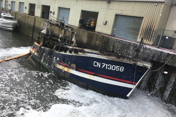 Le chalutier a pris feu jeudi soir dans le port de Grandcamp Maisy