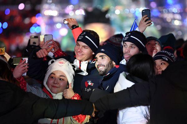 Le catalan Martin Fourcade qui a décroché 3 médailles d'or pose avec d'autres athlètes pour une série de selfies lors de la clôture des JO de Pyeongchang 2018.