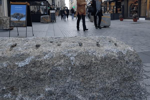 De lourds blocs placés en quinconce dans les rues piétonnes de Caen depuis quelques jours.