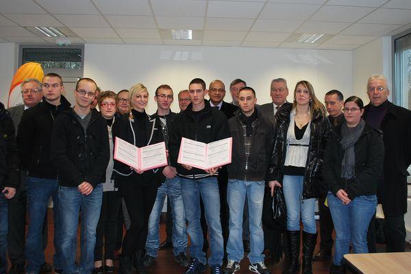 Magali, Wilfried, Kévin, Tony, Florent, Elodie, Aurore, Jérémy, Adrien et Sandy ont signé leur contrat emploi d'avenir au pôle emploi de Charleville-Mézières Val-de-Vence.