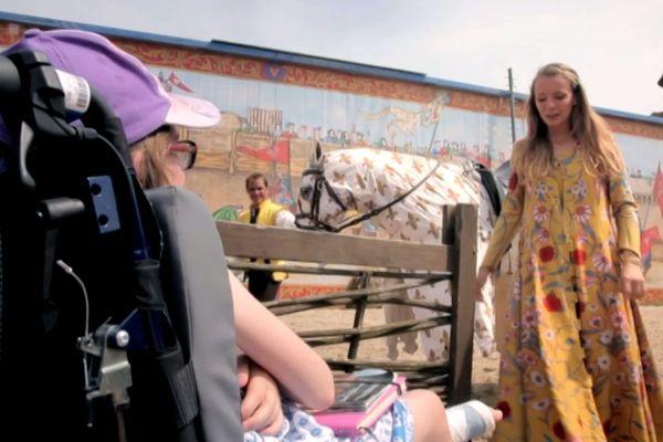 Morgane réalise son rêve : elle rencontre la princesse du Puy du Fou