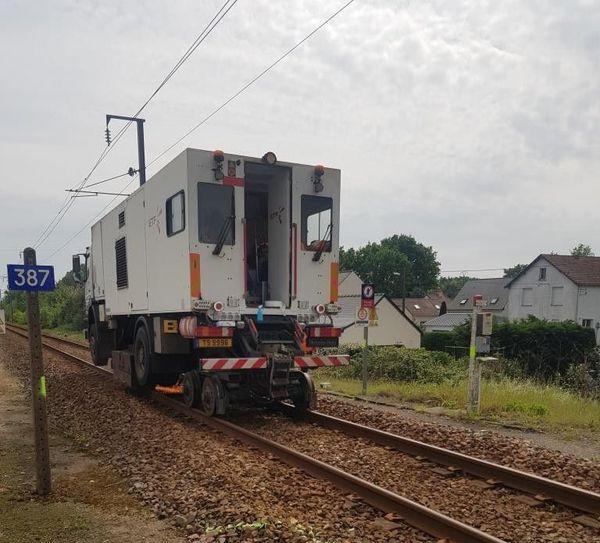Le camion meuleur de rails en action avant la remise en service des installations de sécurité ferroviaires