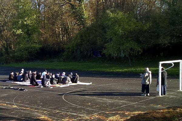 Après la fermeture de la mosquée en 2015, des musulmans de Lagny priaient sur un terrain de handball mis à disposition par la mairie.