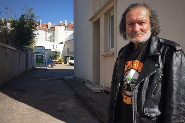 À la rue depuis plus de vingt ans, Denis a un rêve, vivre dans un camion.