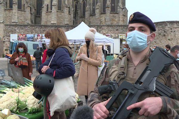 Le sergent Bertrand du 6e régiment du génie d'Angers sur le marché des Jacobins au Mans.