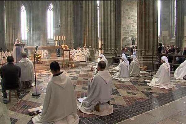 Cinq moines et sept moniales des Fraternités Monastiques de Jérusalem vivent actuellement à l'abbaye du Mont Saint-Michel.