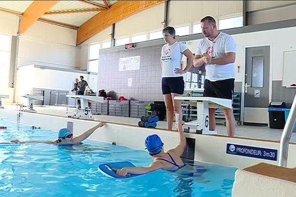 Camille et Emilie s'entraînent dur dans la piscine de Valentigney pour l'épreuve de natation à Abu Dhabi.