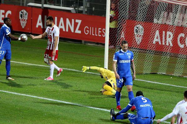 Deuxième but contre son camp de l'AJ Auxerre, lors de la rencontre Ajaccio / AJA le 15 décembre