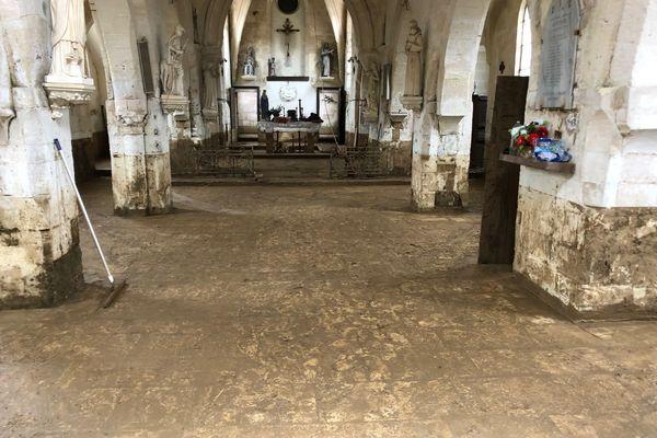 La boue a pénétré jusque dans l'église du village.