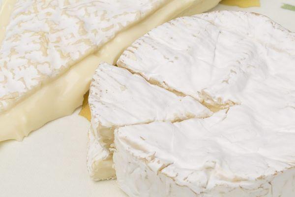 Par mesure de précaution, l'ensemble des fromages au lait cru et au lait pasteurisé de la société fromagère de Saint-Siméon ont été retirés de la vente.
