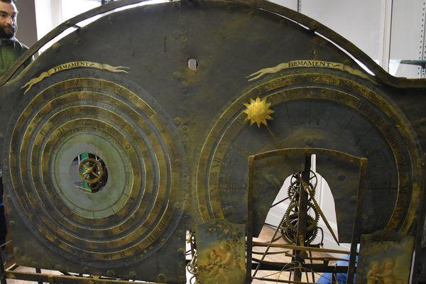 L'horloge astronomique de Stanislas au Musée Lorrain à Nancy (Meurthe-et-Moselle) lors de son démontage par l'équipe de l'atelier Chronos de Dinan (Côtes d'Armor), mardi 20 novembre 2018.