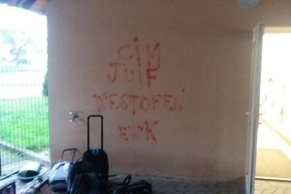 Une inscription antisémite (et mal écrite) a été retrouvée sous le préau.