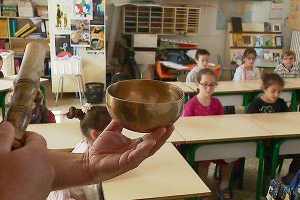 Séance de méditation dans une école de Laleu à La Rochelle.