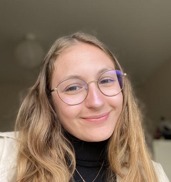 Emma Bonneau recherche une entreprise pour la former dans le cadre de son bachelor en communication et marketing.