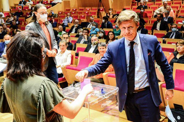 Nicolas Florian, candidat vaincu et ancien maire de Bordeaux, vote ce vendredi 3 juillet pour l'élection du nouveau maire.
