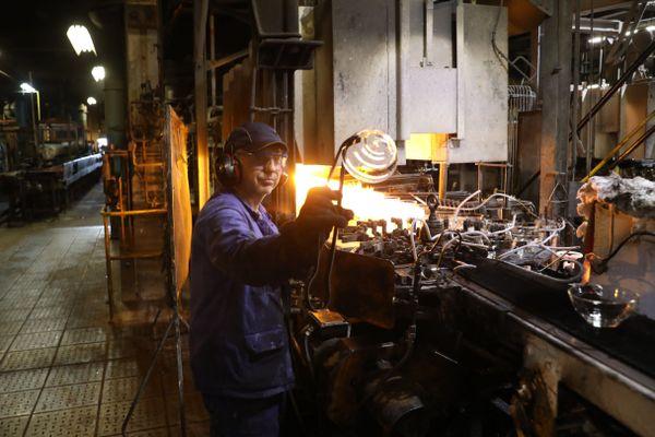 Un salarié au travail dans l'usine Duralex de La Chapelle-Saint-Mesmin.