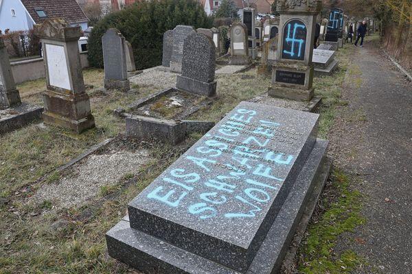 """L'une des tombes a été recouverte d'une inscription écrite en (mauvais) allemand : """"Elsassisches Schwarzen Wolfe"""", ce qui se traduit par """"Loups noirs alsaciens""""."""