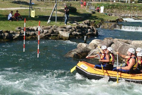 À Pau, la ministre des Sports en a profité pour tester le bassin d'eaux-vives.