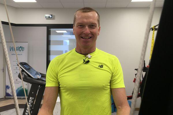 Ludovic Chorgnon s'entraîne en salle, il devra tracter une pulka ( luge) contenant les 25 kilos de matériel.