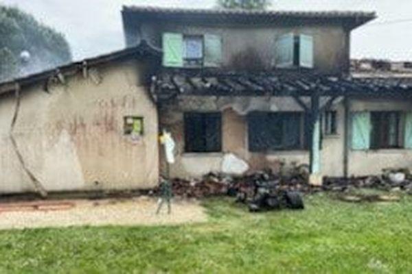 La photo a été prise par les gendarmes lot-et-garonnais intervenus sur place. Les flammes ont détruit le garage de la maison et la toiture.
