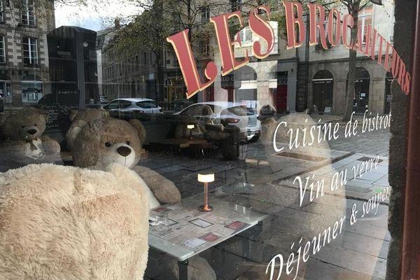 De gros oursons en peluche ont remplacé les clients dans quelques restaurants rennais contraints à la fermeture durant ce 2ème confinement