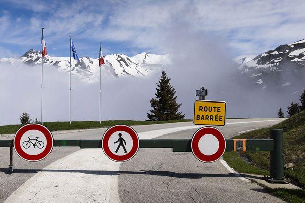 - Photo d'illustration - Des barrières ferment l'accès au col du Petit Saint-Bernard, reliant la France à l'Italie. L'Italie a rouvert ses frontières aux touristes de l'UE depuis le 3 juin.