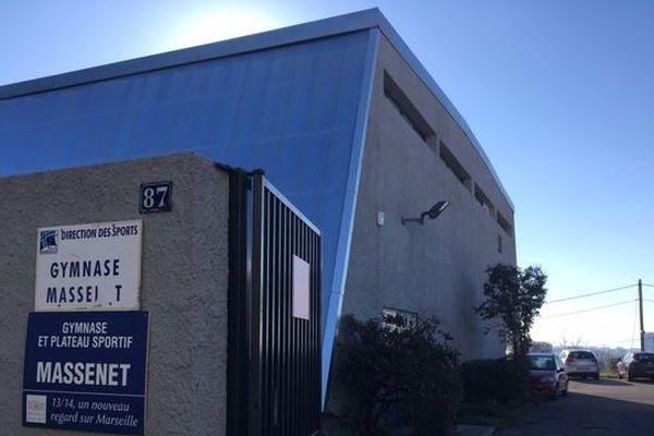 Une dizaine de personnes étaient présentes dans le gymnase Massenet à Marseille, quand un homme a fait irruption armé d'un fusil d'assaut.