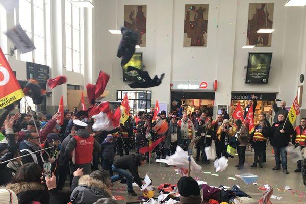 A Clermont-Ferrand, des cheminots opposés à la réforme des retraites ont envahi le hall de la gare SNCF.