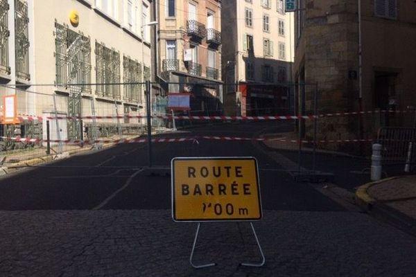Vendredi 25 octobre, au lendemain de l'effondrement d'une partie d'un immeuble, la rue François Mitterrand est fermée à la circulation à Thiers, dans le Puy-de-Dôme.