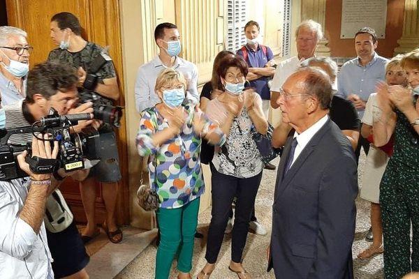 Jean-Claude Guibal applaudit à son entrée en mairie de Menton ce 28 juin