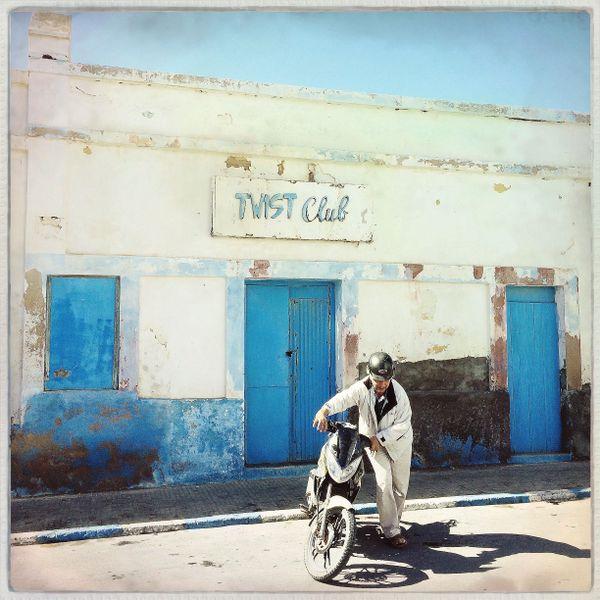 C'est à Sidi Ifni, une petite ville côtière du Maroc qu'un groupe de retraités français modestes choisi de garer sa caravane tous les hivers. Mehdi Ahoudig leur consacre un documentaire.