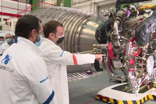 Vernon le 12 janvier 2021 : Emmanuel Macron devant un moteur de la fusée Ariane