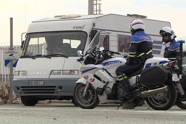 Sète (Hérault) - les premiers touristes masqués et camping-car rapatriées du Maroc débarque du bateau escortés par la police - 31 mars 2020.