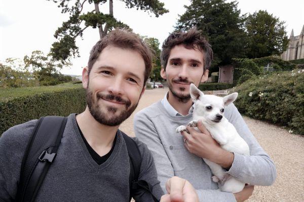 """David et Loïc, créateurs du blog """"Charente Périgord"""", avec leur chien Jumper. Ils font désormais découvrir Epernon (Eure-et-Loir)"""