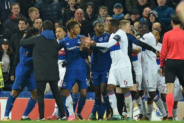 """""""On fait avec"""", a réagi le gardien de Lyon Anthony Lopes, frappé par un spectateur au milieu des échauffourées qui ont éclaté entre les joueurs d'Everton et de Lyon, jeudi en Europa League, le Portugais estimant toutefois que cela ne fait """"pas partie de l'ambiance en Angleterre""""."""