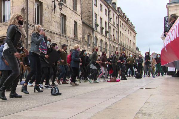 Cours de fitness géant et en plein-air à Dijon pour manifester contre la fermeture des salles de sport.