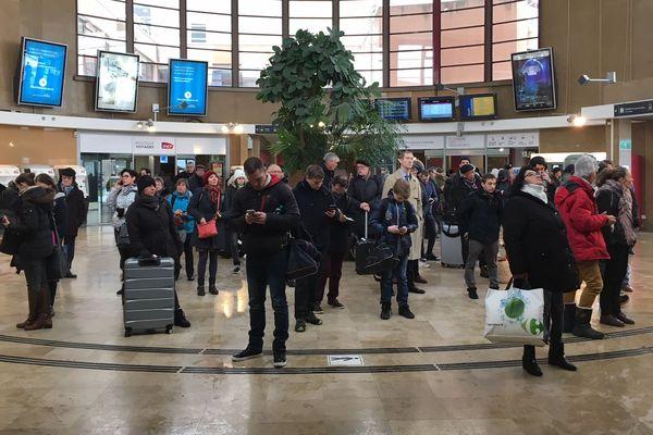 En gare de Dijon, les voyageurs sont nombreux à attendre leur train, en retard.