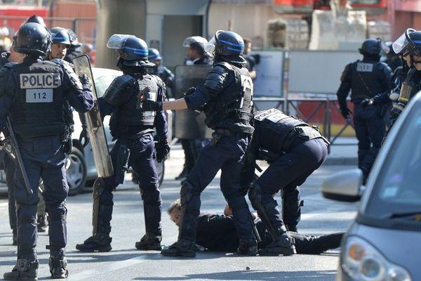 Des policiers interpellent un homme sur les Champs-Elysées, samedi 21 septembre.
